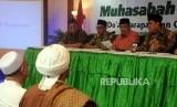 Bendahara PBNU Bina Suhendra bersama Ketua PBNU Bidang Hukum Robikin Emhaz, Ketua Umum PBNU Said Aqil Siroj dan Sekjen PBNU Helmy Faishal Zaini saat melakukan konferensi pers di Kantor PBNU, Jakarta, Rabu (3/1).