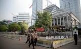 [Ilustrasi] Petugas kepolisian berada di depan Gedung Mahkamah Konstitusi, Jakarta, Senin (24/6).