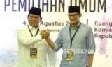 Pendaftaran Calon Presiden Prabowo. Pasangan Capres-Cawapres Prabowo (kiri) dan Sandiaga Uno berfoto usai  menyerahkan berkas pendaftaran kepada Ketua KPU Arief Budiman (kedua kanan) di KPU Pusat, Jakarta, Jumat (10/8).