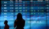 Layar menunjukan pergerakan harga saham di Bursa Efek Indonsia, Jakarta. ilustrasi