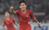Gelandang sepak bola Indonesia Witan Sulaeman  berselebrasi usai memasukan bola  ke gawang  Uni Emirat Arab yang dijaga Yousif Ali  dalam pertandingan grup a Piala AFC U-19 di Stadion Utama Gelora Bung Karno, Jakarta,  Rabu (24/10).