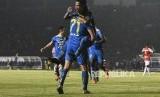 Pemain Persib Bandung melakukan selebrasi usai mencetak gol ke gawang Persipura Jayapura pada pertandingan Liga 1 2019 di Stadion Si Jalak Harupat, Kabupaten Bandung, Ahad (18/5).