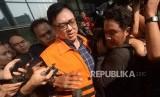 Direktur Operasional Lippo Group Billy Sindoro mengenakan rompi orange   pasca menjalani pemeriksaan sebagai tersangka di Gedung Komisi Pemberantasan Korupsi (KPK), Jakarta, Selasa (16/10).