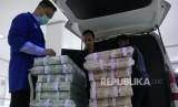 Karyawan Bank Mandiri sedang memeriksa pasokan uang   di cash pooling Bank Mandiri di Plaza Mandiri Jakarta, Kamis (9/5).