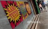 Calon pembeli usai berbelanja di Supermarket Giant, Mampang Prapatan, Jakarta, Ahad (23/6).