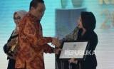 Menpan RB Syafruddin memberikan anugerah syariah republika kategori The Most Innovative Sharia Insurance kepada perwakilan UUS Prudential Indonesia pada acara Arugrah Syariah Republika di Jakarta, Kamis (8/11) malam