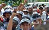Sejumlah pegawai honorer melakukan aksi unjuk rasa (ilustrasi)