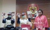 Wakil Ketua KPK, Basaria Panjaitan  beserta petugas  menunjukan barang bukti operasi  tangkap tangan yang  dilakukan Komisi Pemberantasan Korupsi terhadap di Jakarta, Rabu (12/12).