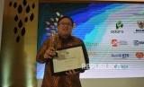 Menteri PPN/Kepala Bappenas Bambang Brodjonegoro berfoto usai menerima penghargaan Tokoh Syariah Republika pada acara Arugrah Syariah Republika di Jakarta, Kamis (8/11) malam.