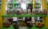 Penjaga stand menata produk yang dipamerkan dalam acara Indonesia Halal Expo (ilustrasi)