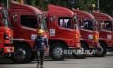 Awak Mobil Tangki (AMT) melakukan persiapan sebelum berangkat untuk mendistribusikan BBM dan Avtur menuju ke Sulawesi, di Terminal Bahan Bakar Minyak (TBBM) Plumpang, Jakarta, Selasa (2/10).