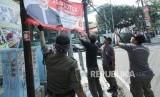 Penertiban Atribut Kampanye. Petugas Satpol PP bersama Badan Pengawas Pemilu (Bawaslu) Jawa Barat menertibkan atribut kampanye, di Jalan LRE Martadinata, Kota Bandung, Jumat (8/3).