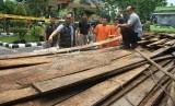 Direktur Reserse Kriminal Khusus Polda Riau, Kombes Pol Arif Gideon Setiawan (kanan) memeriksa barang bukti kayu hasil pembalakan liar, di Kota Pekanbaru, Kamis (11/10).