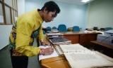 Petugas Museum Bayt Alquran mendata mushaf Alquran  di Museum Bayt  Alquran, Jakarta,Rabu (5/12).