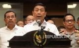 Menteri Koordinator Bidang Politik, Hukum dan Keamanan (Menko Polhukam) Wiranto (tengah)