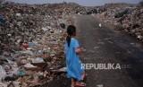 Aktivitas Warga  di Tempat Pembuangan Akhir (TPA) Sampah Rawa Kucing, Neglasari, Kota Tangerang, Banten.