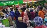 Calon pembeli mengantre untuk melakukan pembayaran di Supermarket Giant, Mampang Prapatan, Jakarta, Ahad (23/6).