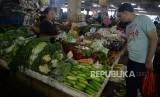 Pedagang melayani pembeli di pasar tradisional kawasan Pasar Minggu, Jakarta, Selasa, (11/6).