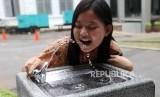 Pelajar meminum air minum di fasilitas air siap minum (Drinking Fountain) di halaman Museum Nasional, Jakarta, Jumat (9/11).