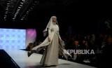 Model saat memeragakan busana saat Muslim Fashion Festival 2019 di JCC, Senayan, Jakarta, Jumat (3/5).