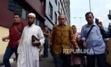 Mantan Kepala Staf Komando Cadangan Strategis Angkatan Darat (Kostrad) Mayor Jenderal (Purn) Kivlan Zen berjalan usai menjalani pemeriksaan di Bareskrim Polri, Jakarta, Senin (13/5).