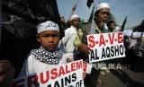Sejumlah umat mulsim melakukan aksi damai di depan kantor Kedutaan Amerika Sertikat, Jakarta, Jumat (08/12).