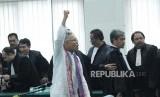 Terdakwa kasus pelanggaran Undang-Undang Informasi Transaksi Elektronik (ITE) Buni Yani meneriakan takbir pada putusan dirinya, di Dinas Perpustakaan dan Kearsipan Kota Bandung, Selasa (14/11).