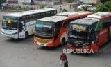 Armada bus antar kota menunggu  penumpang di Terminal Kampung Rambutan, Jakarta, Kamis (7/6).