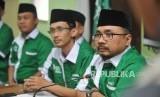 Ketua GP Ansor, Yaqut Cholil Qoumas (kanan), bersama Sekjen GP Ansor, Abdul Rochman (kiri), memberikan keterangan kepada media terkait pembakaran bendera HTI di DPP GP Ansor, Jakarta, Rabu (24/10).