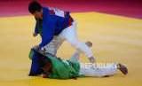 Atlet Kurash Indonesia Adesta Putu Wiradamungga Adesta (baju hijau) saat bertanding dengan Atlet Kurash China Taipei Yuhsuan Lo pada cabang olahraga kurash Asian Games 2018 kategori putra 90 kilogram di JCC, Jakarta, Kamis (30/8).