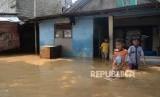 Anak-anak beraktivitas ketika banjir melanda permukiman penduduk di Kawasan Pejaten Timur, Jakarta, Jumat (26/4).