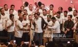 Jokowi Halalbihalal dengan Aktivis 98. Presiden RI Joko Widodo (tengah) saat memakai jaket pemberian dari Aktivis 98 di Jakarta Pusat, Ahad (16/6).