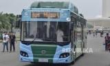 Uji Coba bus Listrik di Monas.Bus listrik milik PT Transportasi Jakarta (Transjakarta) melintas saat pra uji coba di Monas, Jakarta Pusat, Ahad (19/5).