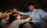 Calon Presiden no urut 2., Prabowo Subianto bersalaman bersama ibu-ibu saat hadir dalam Deklarasi Gerakan Emas (Gerakan Emak dan Anak Minum Susu) di Stadion Klender, Jakarta, Rabu (24/10).