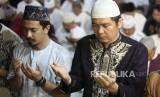 Doa Qunut Subuh Menurut Empat Mahzab. Umat muslim melakukan shalat subuh berjamaah.
