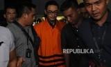 Gubernur Jambi Zumi Zola mengenakan rompi oranye usai diperiksa KPK di Gedung KPK, Jakarta, Rabu (9/4).