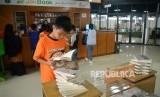 Pengunjung memilih buku di Pasar Buku JakBook, Pasar Kenari, Jakarta, Rabu (1/5).