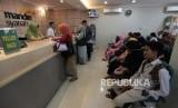 Petugas layanan nasabah melayani calon jamaah haji yang akan melakukan pelunasan Biaya Penyelenggaraan Ibadah Haji (BPIH) di Kantor Cabang Mandiri Syariah Area Bekasi, Jawa Barat, Selasa (19/3/2019).