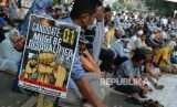 Sejumlah massa saat menggelar doa bersama pada Aksi Tahlil Akbar 266 di Jalan Medan Merdeka Barat, Jakarta, Rabu (26/6).