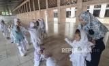 Pemerintah Sawahlunto mengingatkan agar anak-anak tak diusir dari masjid. Ilustrasi anak-anak bermain di masjid.