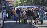 Sejumlah pemudik tiba di terminal. Wali Kota Cirebon Nashrudin Azis meminta agar warga tidak mudik dulu ke Cirebon. Ilustrasi.