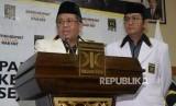 Presiden PKS Sohibul Iman didampingi Sekjen PKS Mustafa Kamal mengumumkan nama calon gubernur maupun wakil gubernur yang akan didukung PKS di lima provinsi pada Pilkada 2018 di Kantor DPP PKS Jakarta, Rabu (27/12).