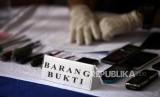 [ilustrasi] Barang bukti yang diperlihatkan dalam kasus pencurian spesialis rumah kosong yang merebut senjata milik anggota polri di kawasan kemanggisan saat rilis di Rumah Sakit Polri Kramat Jati, Jakarta, Selasa (27/2).