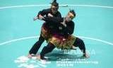 Pesilat Indonesia Ayu Sidan Wilantari dan Ni Made Dwiyanti saat tampil pada pertandingan cabang olahraga silat Asian Games 2018 kategori ganda putri di Padepokan Pencak Silat TMII, Jakarta, Rabu (29/8).