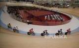 Atlet sepeda Indonesia Delia Ayustina Priatna (ketiga kiri) memacu sepedanya saat bertanding di cabang sepeda track nomor Madison putri di Jakarta International Velodrome, Jumat (31/8).