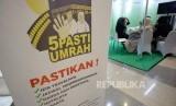 [ilustrasi] Pengunjung meminta informasi di stand peserta Pameran umrah haji dan wisata muslim, Islamic Tourism Expo 2017 di Jakarta, Rabu (11/10).