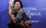 Aktris Gading Marten berfoto usai menerima penghargaan pemeran pria terbaik dalam acara Festival Film Indonesia di Taman Ismail Marzuki, Jakarta, Ahad, (9/12) malam.