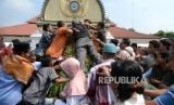 Tradisi Idul Fitri Menarik dari Beragam Daerah di Indonesia. Warga berebut Gunungan Grebeg Syawal di Halaman Masjid Gedhe Kauman, Yogyakarta.
