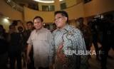 Ketua Umum Partai Gerindra Prabowo Subianto (kiri) disambut oleh  Presiden PKS Sohibul Iman(kanan) saat mendatangi kantor DPP PKS untuk melakukan pertemuan dengan Partai PAN dan PKS, Jakarta, Ahad (24/12).