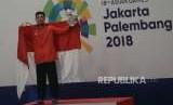 Pesilat Indonesia Abdul Malik berfoto pada penyerahan medali usai bertanding melawan pesilat Malaysia Muhammad Faizul M Nasir pada babak final cabang pencak silat putra kelas B 50-55 kg Asian Games 2018 di Padepokan Pencak Silat, TMII, Jakarta, Senin (27/8).